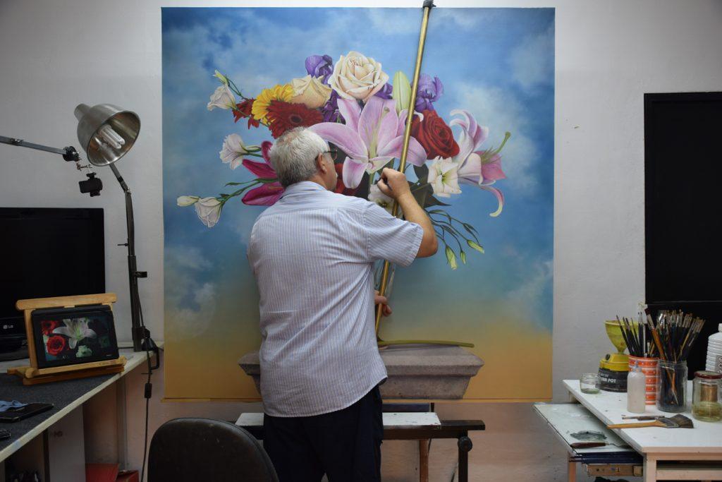"""Paco Yuste en su estudio pintando la obra """"Bellezas de la creación"""""""